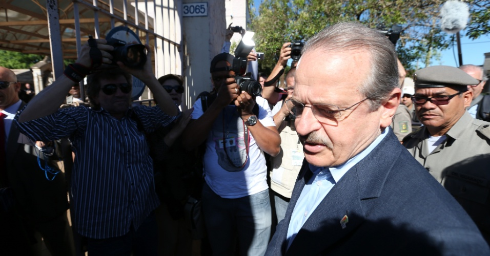 13.nov.2013 - O governador Tarso Genro chega ao cemitério Jardim da Paz, em São Borja, para acompanhar o processo de exumação dos restos mortais do ex- presidente Jango