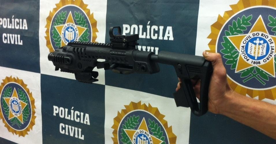 13.nov.2013 - Polícia exibe material apreendido durante a Operação Netuno no complexo de favelas da Maré, no Rio de Janeiro, nesta quarta-feira (13). Além de drogas, foram apreendidos um fuzil, uma pistola, um revólver, uma submetralhadora de calibre 40 e uma granada, além de dois telefones celulares e sete balanças de precisão. Duas motos roubadas foram recuperadas. Ao menos 25 pessoas foram presas