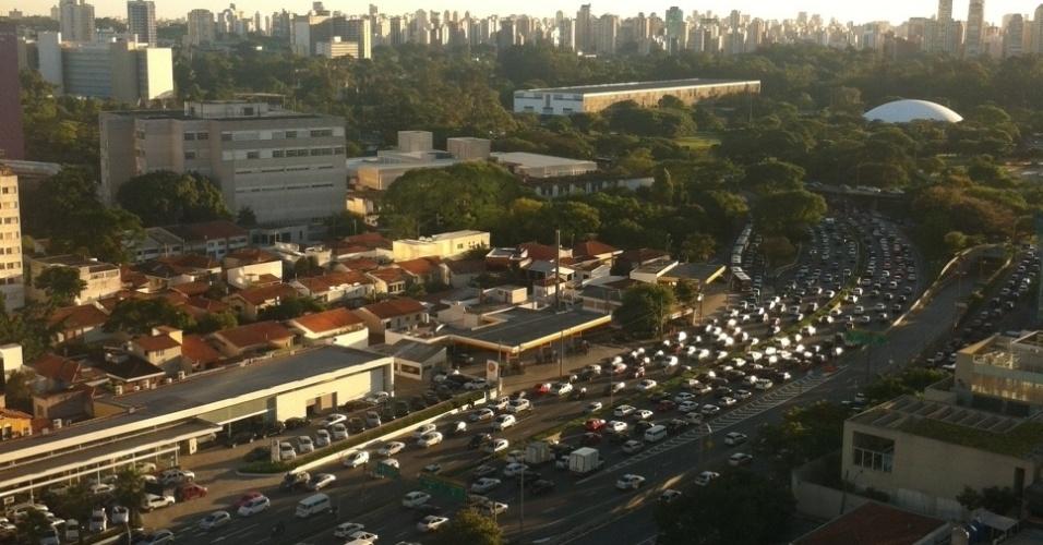 13.nov.2013 - Trânsito na avenida 23 de Maio, próximo ao parque Ibirapuera, em São Paulo, na tarde desta quarta-feira