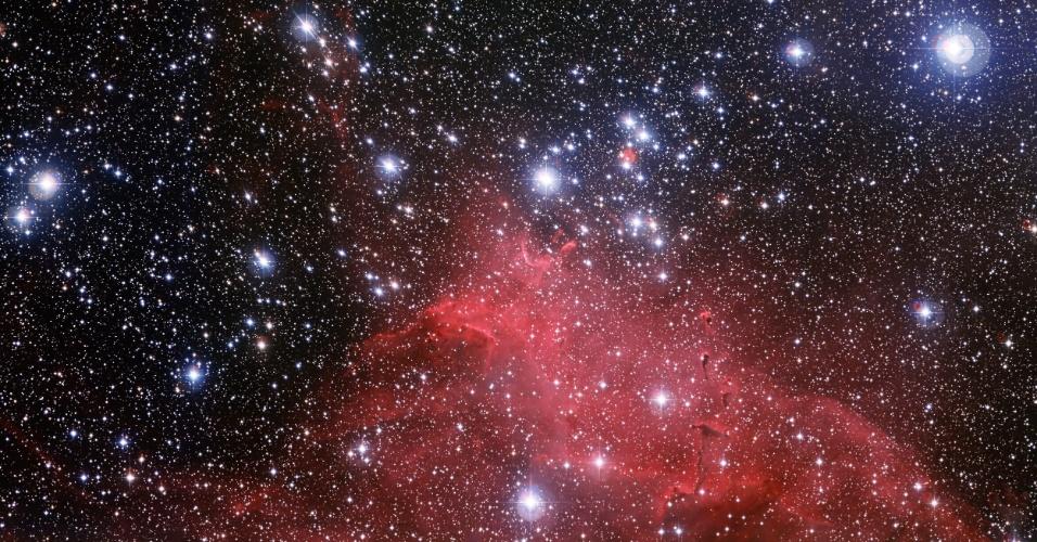 13.nov.2013- Conjunto de estrelas jovens e quentes tem nuvens de gás e poeira em formatos curiosos como bolhas, arcos e até o chamado tromba de elefante. Com esta nova foto do conglomerado de estrelas NGC 3573 do Observatório Europeu do Sul (ESO), os astrônomos podem descobrir como as nuvens foram esculpidas pelo vento estelar. Ele está na constelação de Carina