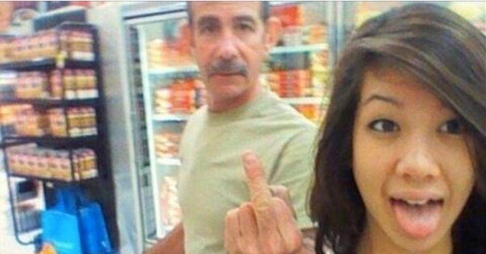 A imagem acima faz parte de uma seleção do site ''Mashable'', que mostra photobombs em autorretratos (os chamados selfies)