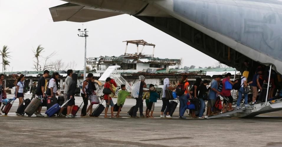 14.nov.2013 - Filipinos são evacuadas em avião do Exército dos Estados Unidos, em Tacloban (Filipinas). A ONU estima que 10 mil pessoas podem ter morrido apenas em Tacloban, atingida por ondas de até cinco metros
