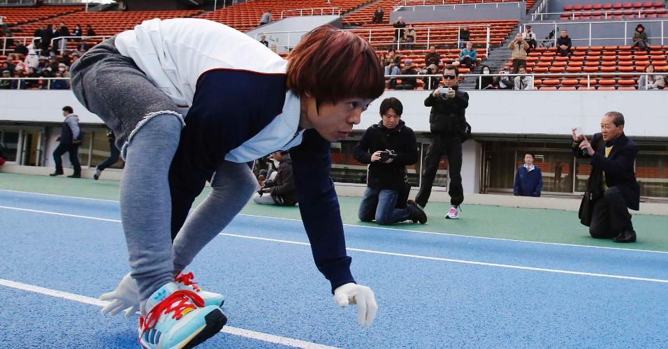 """14.nov.2013 - Kenichi Ito, do Japão, conhecido como """"o homem mais rápido do mundo sobre quatro patas"""", treina antes do desafio de 100 metros em Tóquio, Japão. O homem, de 31 anos, estabeleceu um novo recorde mundial nesta quinta-feira, marcando 16:87 segundos em uma corrida de 100 metros e quebrando seu recorde anterior de 17:23 segundos"""