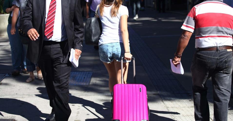 14.nov.2013 -  Menina carrega mala pela avenida Paulista, em São Paulo, na manhã desta quinta-feira (14), na véspera do feriado da Proclamação da República