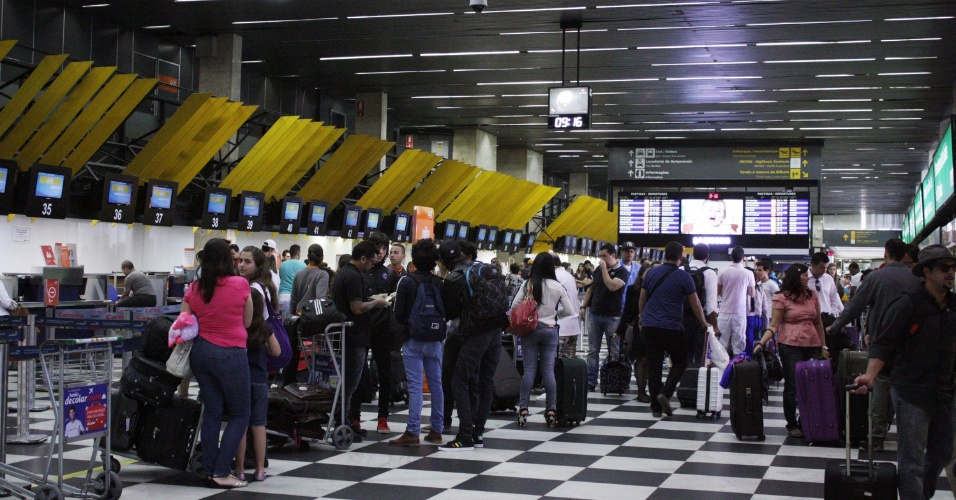 14.nov.2013 - Movimentação de passageiros na manhã desta quinta-feira (14) no aeroporto de Congonhas, na zona sul de São Paulo, na véspera de feriado da Proclamação da República
