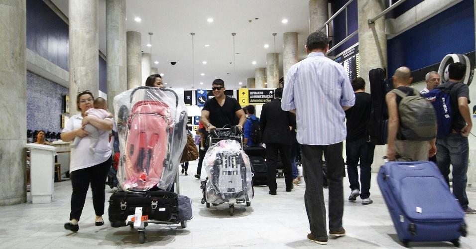 14.nov.2013 - Movimentação de passageiros no aeroporto Santos Dumont, no Rio de Janeiro, na tarde desta quinta-feira (14), véspera do feriado da Proclamação da República
