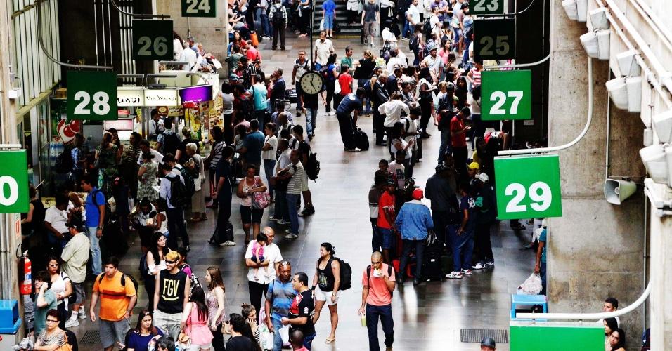 14.nov.2013 - Movimentação no Terminal Rodoviário do Tietê, no bairro Santana, em São Paulo (SP), na tarde desta quinta-feira (14), véspera de feriado da Proclamação da República