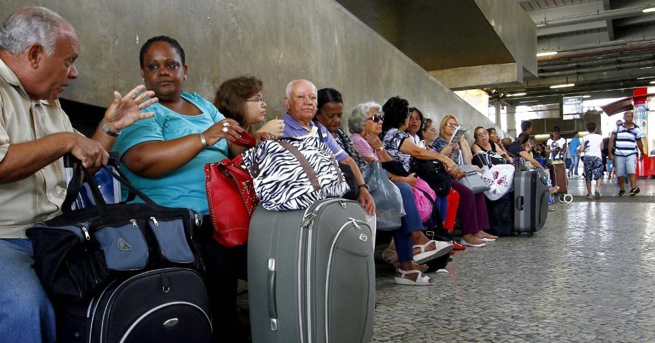 14.nov.2013 - Passageiros na rodoviária Novo Rio, no Rio de Janeiro, na manhã desta quinta-feira (14), véspera do feriado da Proclamação da República
