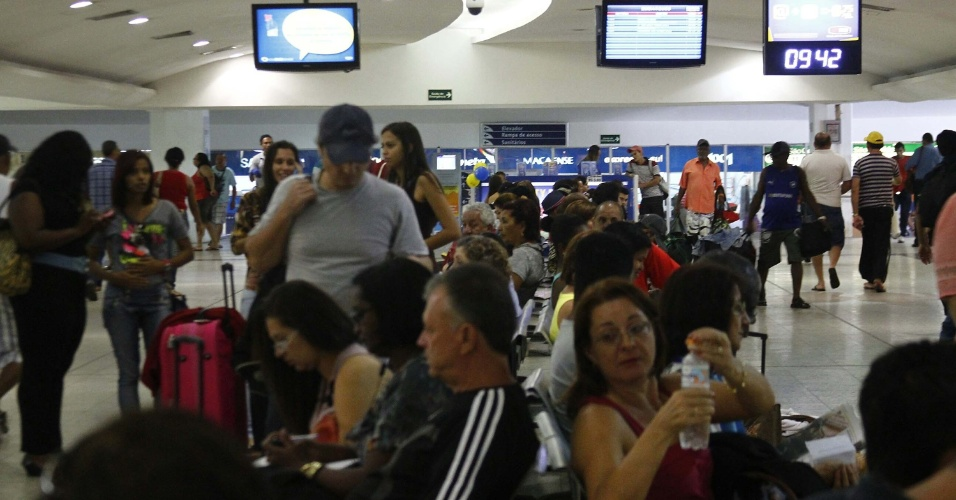 14.nov.2013 - Passageiros no saguão da rodoviária Novo Rio, no Rio de Janeiro, na manhã desta quinta-feira (14), véspera do feriado da Proclamação da República