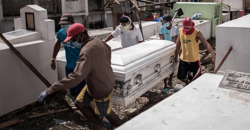 14.nov.2013 - Pessoas carregam caixão de vítima do tufão Haiyan nos arredores de Tacloban, Filipinas. Vários corpos, muitos deles não identificados, devem ser enterrados nesta quinta-feira (14) em valas comuns