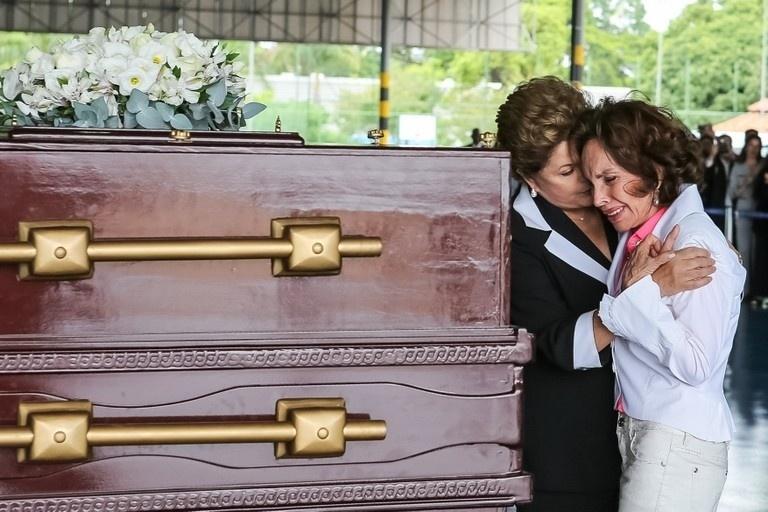 14.nov.2013 - Presidenta Dilma Rousseff abraça a Senhora Maria Thereza Goulart durante cerimônia de chegada a Brasília dos restos mortais do Presidente João Goulart