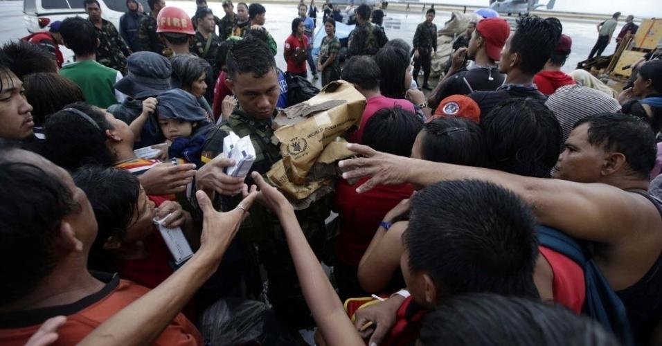 14.nov.2013 - Soldados da Força Aérea distribuiu entre os sobreviventes do tufão Haiyan em Tacloban, Filipinas. O presidente filipino, Benigno Aquino, está sob crescente pressão para acelerar a distribuição de alimentos, água e remédios as vítimas