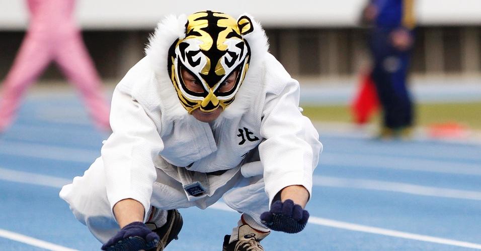 """14.nov.2013 - Tatsuya Tanaka,47, tentou passar pelo """"homem mais rápido do mundo sobre quatro patas"""", mas não teve chance"""