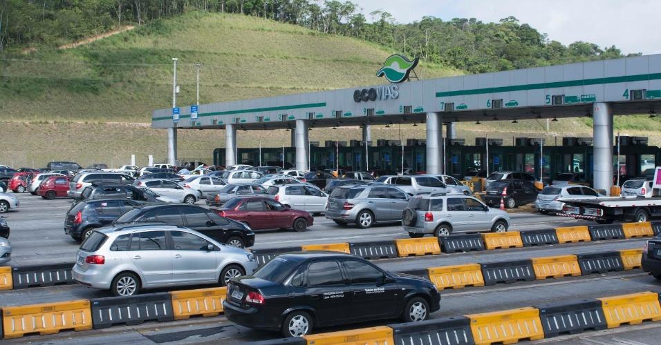 14.nov.2013 - Trânsito parado desde o pedágio na rodovia dos Imigrantes, na altura de São Bernardo do Campo (SP), na véspera do feriado da Proclamação da República