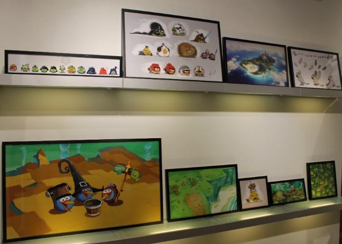 A loja conceito da Rovio em Espoo (Finlândia) conta com diversos quadros exibindo personagens do ''Angry Birds''. Segundo a empresa, já são mais de 13 mil tipos de produtos inspirados pelo popular jogo