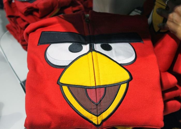 Detalhe de blusa com personagem de ''Angry Birds'', exposto em loja conceito da Rovio em Espoo (Finlândia). Todo funcionário que entra na empresa ganha um agasalho como este, que custa 50 euros (cerca de R$ 156)