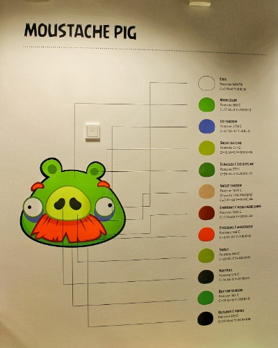 Entrada do escritório da Rovio em Espoo (Finlândia) conta com um diagrama com paleta de cores usada para desenhar o porco do jogo ''Angry Birds''