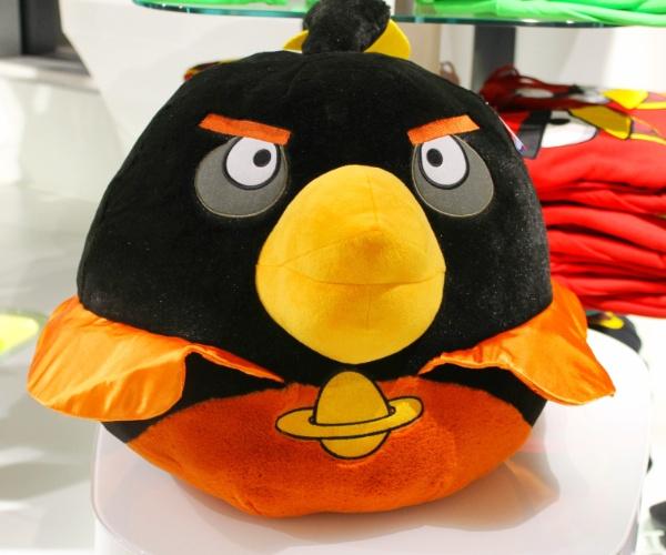 Pelúcia do título ''Angry Birds Space'' é exibida em loja conceito na sede da Rovio em Espoo (Finlândia). Segundo a empresa, já são mais de 13 mil tipos de produtos inspirados pelo popular jogo