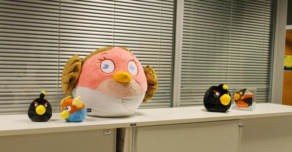 Pelúcias de personagens do ''Angry Birds'' estão espalhadas em várias partes do escritório da Rovio em Espoo, na Finlândia