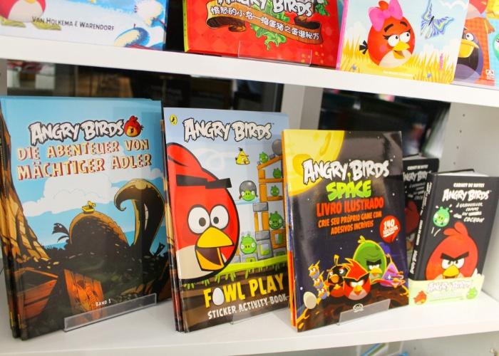 Prateleira exibe livros temáticos em várias línguas do ''Angry Birds'' em loja conceito da Rovio em Espoo, na Finlândia