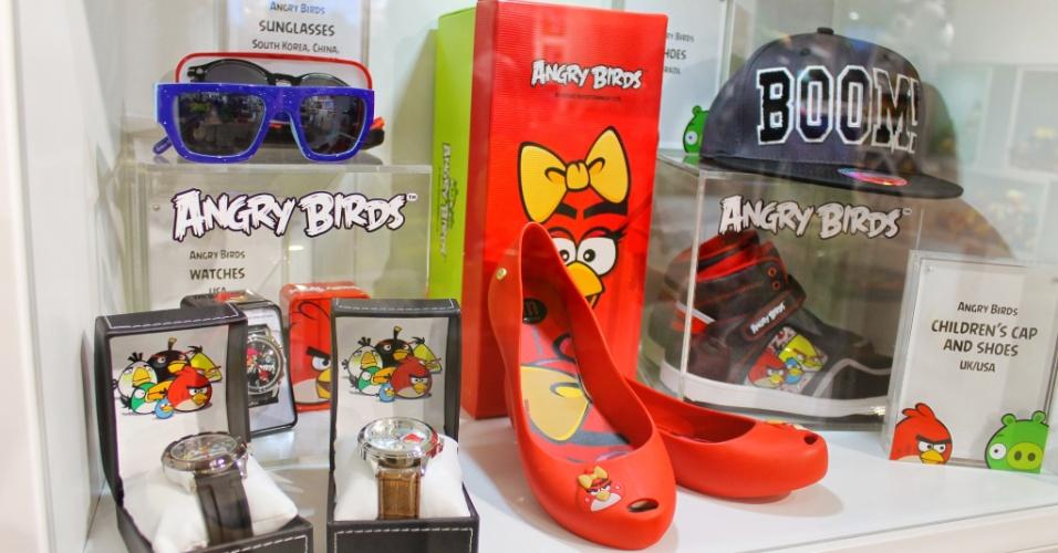 """Vitrine mostra produtos """"Angry Birds"""" vendidos em mercados específicos. A sapatilha, por exemplo, é comercializada no mercado brasileiro. Já os óculos são vendidos na China e na Coreia do Sul"""