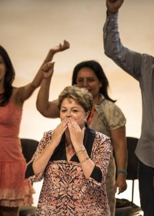 A presidente Dilma Rousseff manda beijo durante o 13º Congresso Nacional do PCdoB, em Brasília, em novembro; aprovação do governo subiu - Eduardo Anizelli/Folhapress
