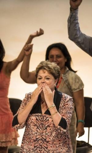 15.nov.2013 - A presidente Dilma Rousseff solta beijo ao lado do presidente nacional do PCdoB, Renato Rabelo, durante o 13º Congresso Nacional do partido, em Brasília, nesta sexta-feira (15). A legenda pretende indicar o nome da deputada estadual de Pernambuco e ex-prefeita de Olinda, Luciana Santos, para ser a próxima presidente do partido