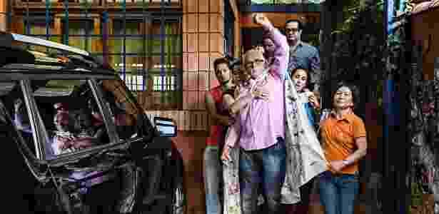 Com o braço esquerdo levantado em gesto de resistência, o ex-presidente do PT José Genoino deixa sua casa em SP antes de ser preso - Eduardo Knapp - 15.nov.2013/Folhapress