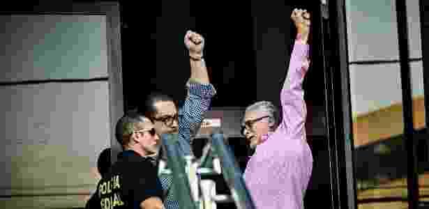 O ex-presidente do Partido dos Trabalhadores José Genoino ao se entregar à polícia no último dia 15 - Eduardo Knapp/Folhapress