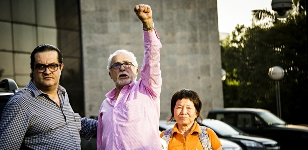 """Genoino se entregou à Polícia Federal em São Paulo na última sexta-feira (15); com os punhos ergudos, o deputado gritou """"viva o PT"""" - Eduardo Knapp/Folhapress"""