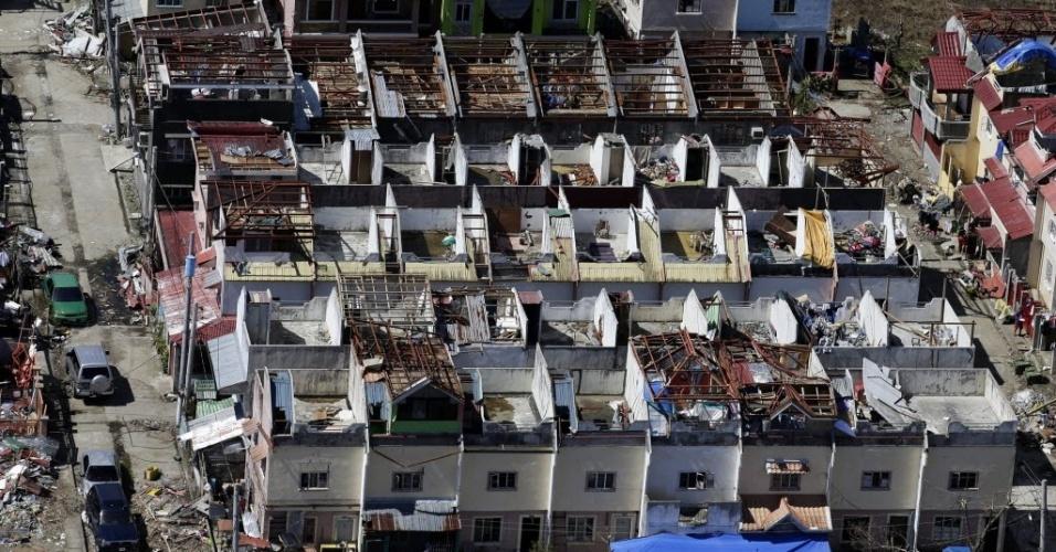 15.nov.2013 - Imagem aérea mostra casas destalhadas pela passagem do tufão Haiyan pela cidade de Tacloban, nas Filipinas, nesta sexta-feira (15), uma semana depois da tragédia. O governo local continua com o lenta contagem dos mortos