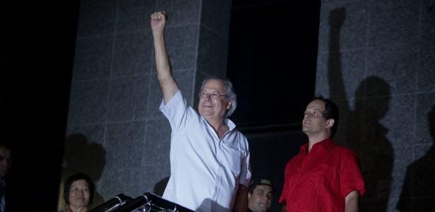 15.nov.2013 - O ex-ministro da Casa Civil José Dirceu se apresenta à sede da Superintendência da Polícia Federal ao ser preso pelo mensalão