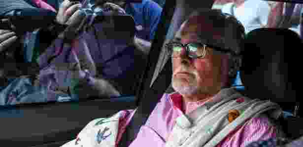 O ex-presidente do Partido dos Trabalhadores José Genoino ao se entregar à polícia no último dia 15 - Renato Ribeiro Silva - 15.nov.2013/Futura Press