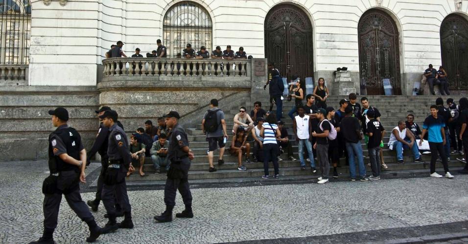 15.nov.2013 - O protesto convocado para esta sexta-feira (15) no centro do Rio de Janeiro concentrava no fim da tarde mais policiais militares do que manifestantes. Cerca de 50 pessoas estavam na Cinelândia, cercada por cerca de 150 PMs. A mobilização pede a desmilitarização da Polícia Militar e teve confirmação de 1.400 pessoas nas redes sociais