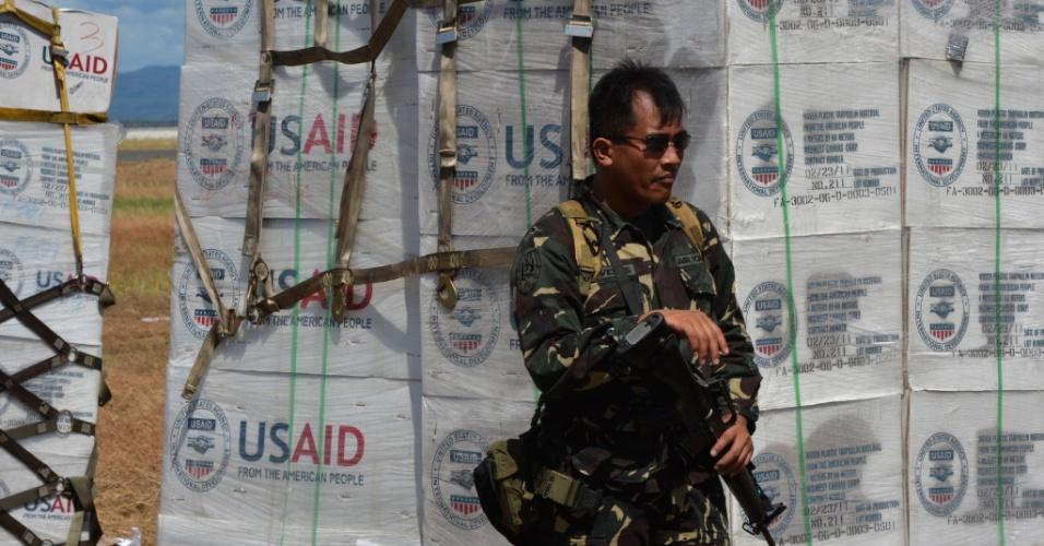 15.nov.2013 - Soldado monitora a chegada de alimentos, medicamentos e água no aeroporto de Tacloban, nas Filipinas, para auxiliar os sobreviventes do  tufão Haiyan