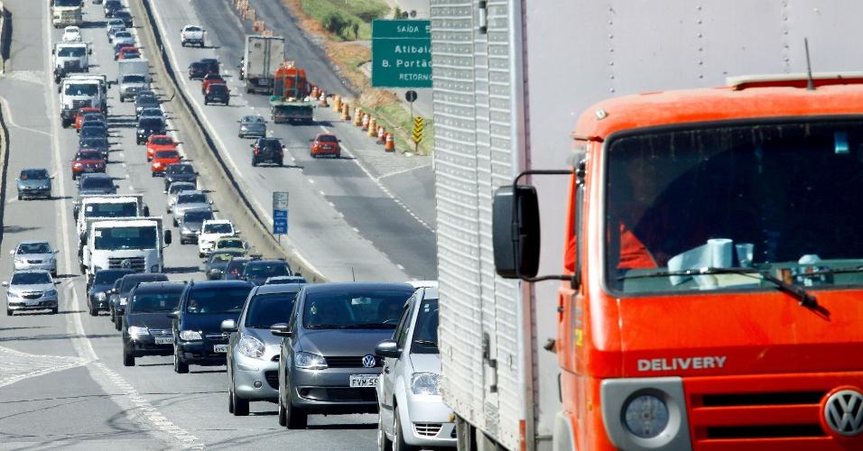 15.nov.2013 - Trânsito intenso de veículos na rodovia Fernão Dias, entre os quilômetros 60 e 45, entre os municípios de Mairiporã e Atibaia, no sentido Minas Gerais, na manhã do feriado da Proclamação da República