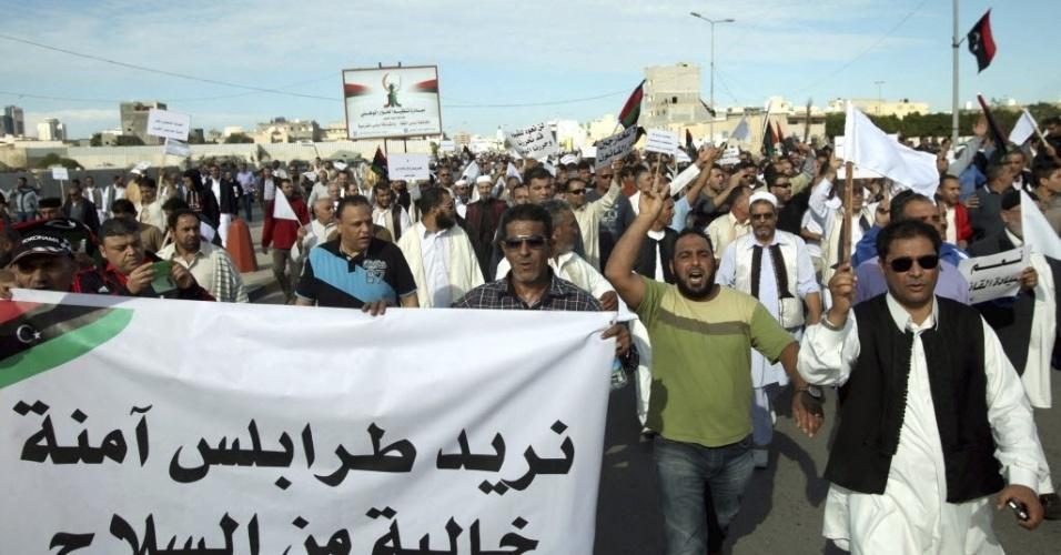 15.nov.2013 - Um grande número de manifestantes protesta contra a presença de milícias na cidade em Trípoli, nesta sexta-feira (15). Ao menos sete pessoas morreram e várias ficaram feridas por disparos efetuados por milicianos contra mais de um milhão de pessoas durante o protesto, informaram fontes médicas