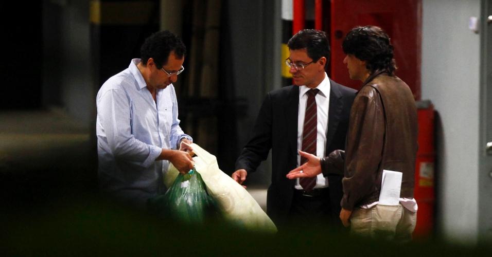 15.nov.2013 - José Roberto Salgado, ex-vice-presidente do Banco Rural, chega à sede da Polícia Federal de Minas Gerais, em Belo Horizonte, após receber ordem de prisão do STF (Supremo Tribunal Federal). Ele foi condenado a 16 anos e oito meses de prisão