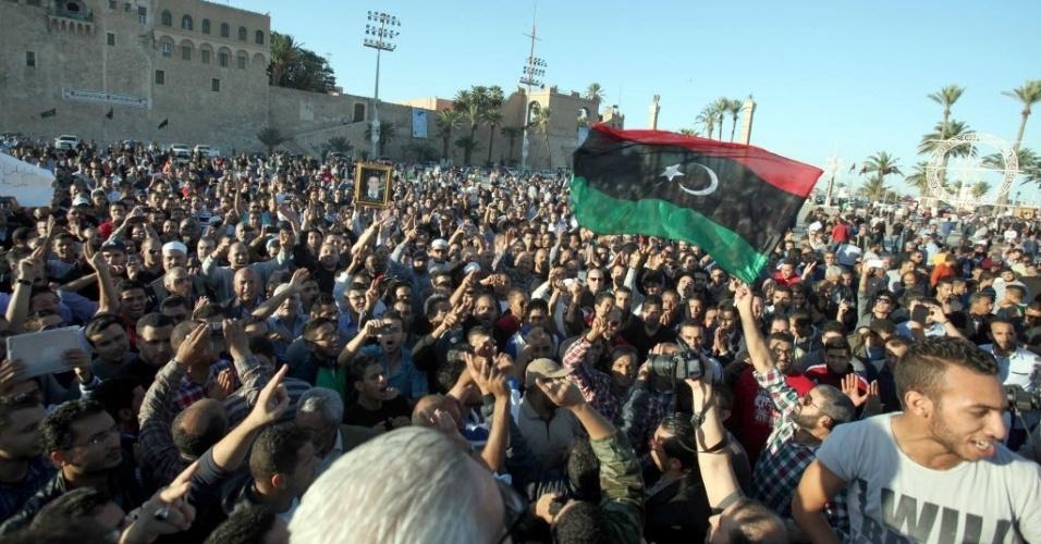 16.nov.2013 - Multidão comparece ao funeral dos manifestantes mortos durante um protesto na Líbia neste sábado (16). Pelo menos 43 pessoas morreram e quase 500 ficaram feridas durante uma manifestação realizada na sexta-feira em Trípoli contra a presença de milícias armadas