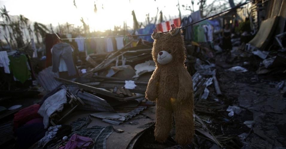 16.nov.2013 - Ursinho de pelúcia é pendurado no varal para secar neste sábado (16), em uma região de Tolosa, nas Filipinas, que foi devastada pelo super tufão Haiydan.