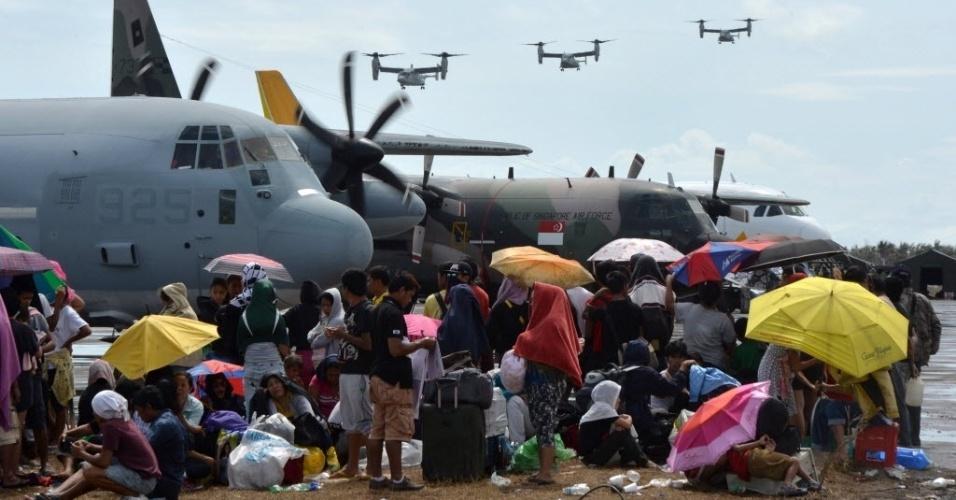 16.nov.2013 Aeronaves da Marinha dos Estados Unidos chegam ao aeroporto de Tacloban para prestar ajuda humanitária neste sábado (16), depois que o tufão Haiyan atingiu a costa leste das Filipinas. O governo do país elevou o número oficial de mortos pelo super tufão a 3.621, mas a soma ainda está abaixo das estimativas da ONU (Organização das Nações Unidas)
