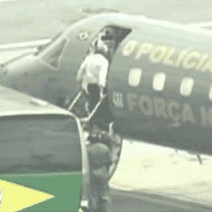 O ex-presidente do PT José Genoino, condenado a seis anos e 11 meses de prisão em regime semiaberto, desce do avião da Polícia Federal em Brasília - Reprodução/TV