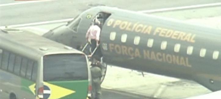 O ex-presidente do PT José Genoino, que teve a prisão decretada após ser condenado no julgamento do mensalão, embarca em avião da Polícia Federal no Aeroporto de Congonhas, em São Paulo, com destino a Brasília