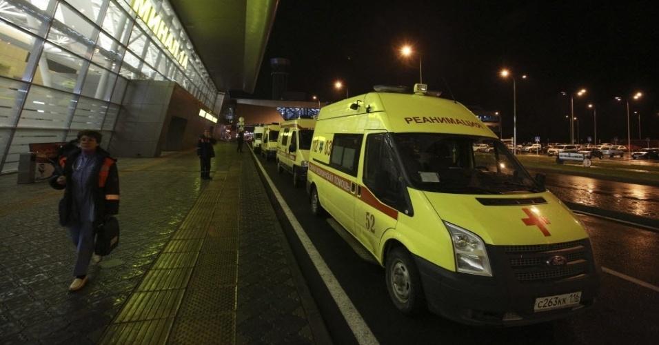 17.nov.2013 - Ambulâncias em frente ao aeroporto de Kazan (720km de Moscou), capital da República do Tartaristão. Um avião caiu na cidade neste domingo (17). Aparentemente, a aeronave da Tatarstan Airlines, que vinha de Moscou, se chocou contra a pista do aeroporto quando tentava voltar após abortar uma primeira tentativa de aterrissagem
