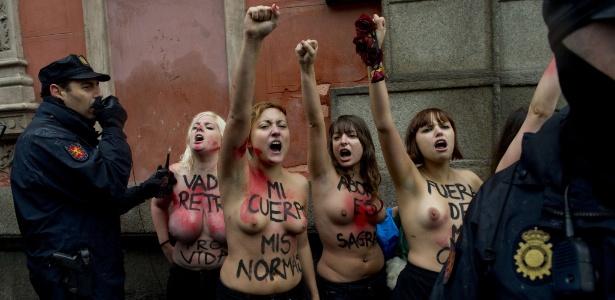 17.nov.2013 - Ativistas do Femen, famoso por protestos com mulheres seminuas, são rodeadas por policiais durante protesto contra uma marcha anti-aborto em Madri (Espanha)