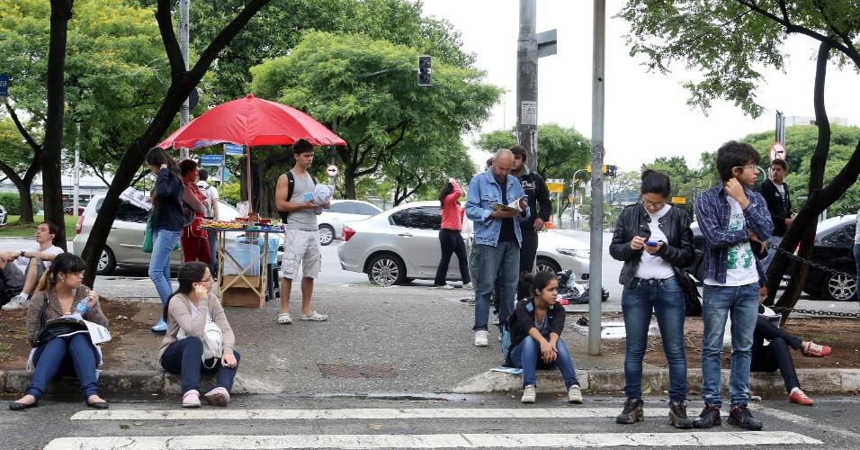 17.nov.2013 - Candidatos aguardam o início das provas da primeira fase do vestibular 2014 da Unesp (Universidade Estadual Paulista) em local de prova na cidade de São Paulo. O exame será realizado das 14h às 18h30