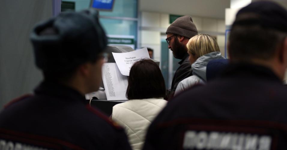 17.nov.2013 - Familiares procuram nomes na lista dos passageiros mortos em acidente envolvendo um Boeing 737 pertencente à companhia aérea Tatarstan Airlines, que caiu matando ao menos 50 pessoas neste domingo (17). O avião partiu do aeroporto de Domodedovo, em Moscou, e seguia para a cidade de Petrozavodsk. A área do acidente foi cercada e o aeroporto foi fechado