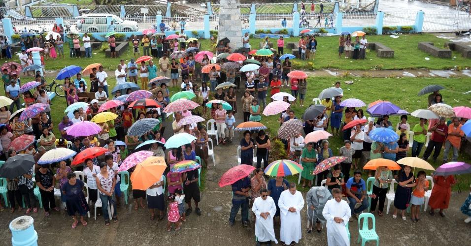 17.nov.2013 - Moradores assistem a uma missa na Igreja Imaculada Conceição, que tinha cerca de 400 anos e foi destruída pelo tufão Haiyan, na cidade de Guiuan, província oriental de Samar (Filipinas)