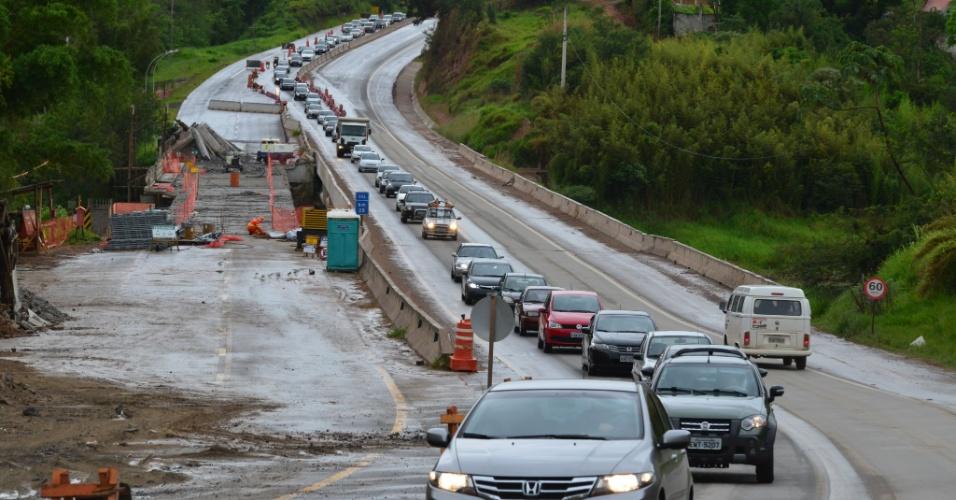 17.nov.2013 - Movimento intenso na rodovia dos Tamoios, Estado de São Paulo. A via está em obras e a situação se complica no trecho de Paraibuna conhecido como Serrinha