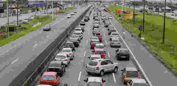 Foto ilustrativa de tráfego intenso na rodovia Padre Manoel da Nóbrega - Nelson Antoine/Fotoarena/Estadão Conteúdo